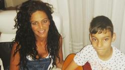 Adrián con su hermana Sonia