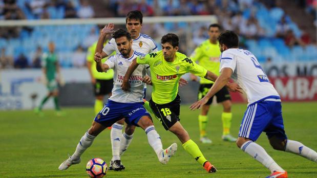 Guille Donoso pelea el esférico