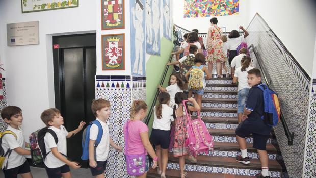Un grupo de niños en el colegio