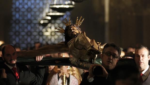El Cristo de la Misericordia, con una de las celosías al fondo