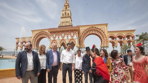Con miembros de su partido, en la Feria