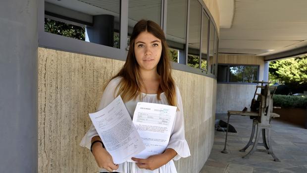 Alejandra Mejías, afectada por los fallos informáticos, con la documentación aportada a Educación