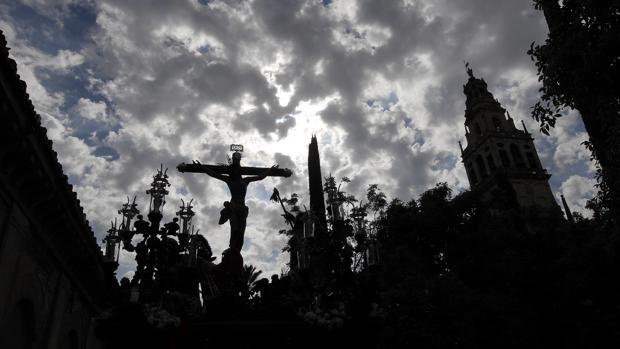 Cristo de la Agonía bajo el cielo de Córdoba