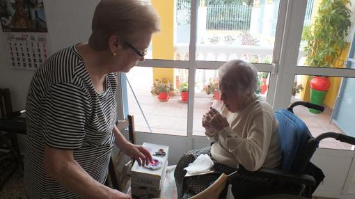 Francisca junto a su hija Ana María, de 80 años