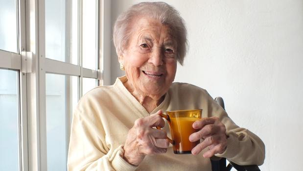 Francisca bebe una taza de leche en su casa de Cañete