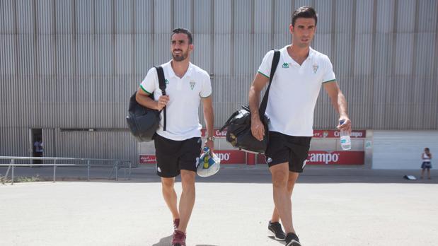 Alfaro y Domingo Cisma saliendo del estadio