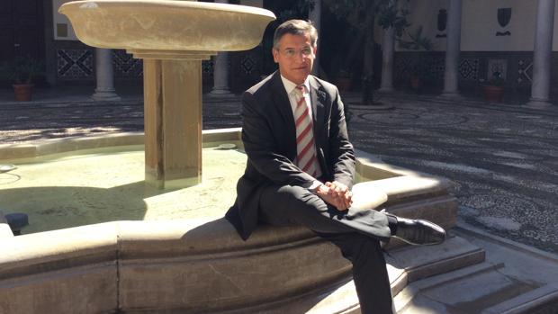 Luis Salvador, en el patio del Ayuntamiento de Granada