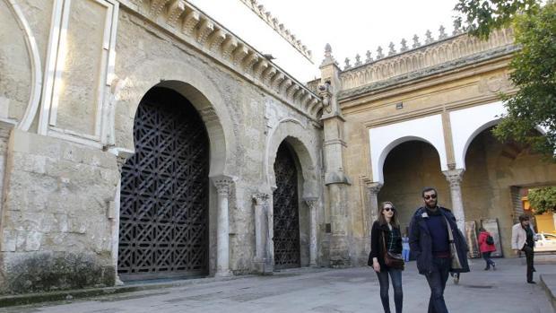 Turistas delante de las celosías del Patio de los Naranjos