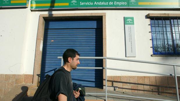 Un joven pasa por delante de una oficina del SAE