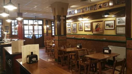 Pinturas y fotografías taurinas decoran las paredes de esta taberna