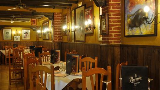 El comedor de la taberna está decorados con fotografías y cuadros alusivos a la Tauromaquia