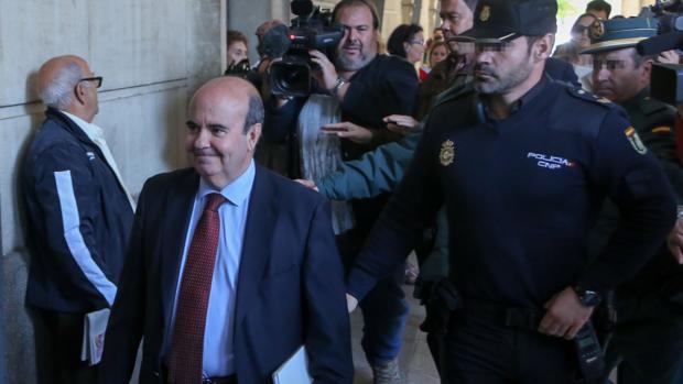 Gaspar Zarrías llegando a los juzgados de Sevilla