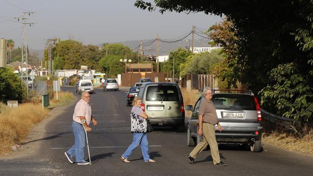 Varios vecinos de la zona cruzan la CH-2 entre Córdoba y Encinarejo