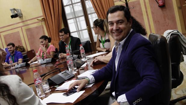 Juanma Moreno en la reunión con la Plataforma de interinos de Educación Primaria