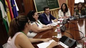 Juanma Moreno pide despolitizar la Educación y un aumento del 5% en su presupuesto