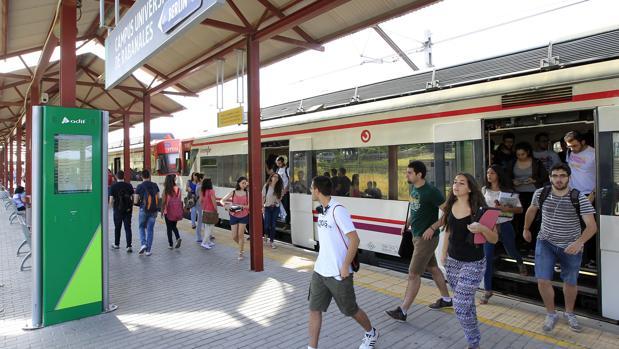 Estudiantes bajando del tren en el apeadero de Rabanales