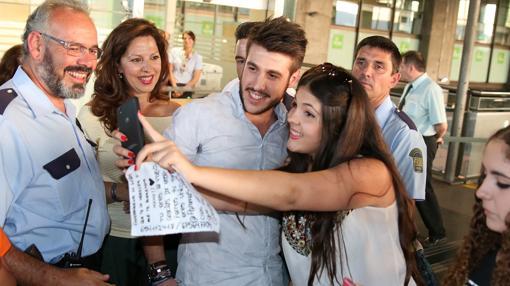 Antonio José con una fans cordobesa