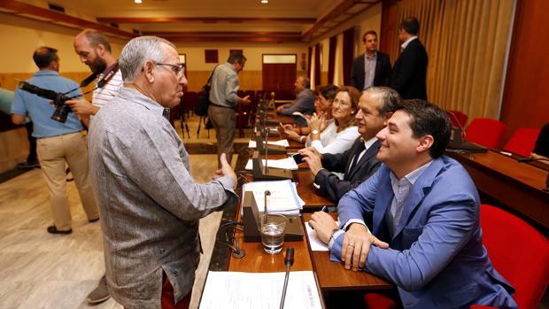 Bellido charla con el José Luis Vilches en el Pleno