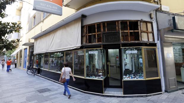Fachada de la tienda León Cruz que cierra tras 70 años abiertas en Cruz Conde