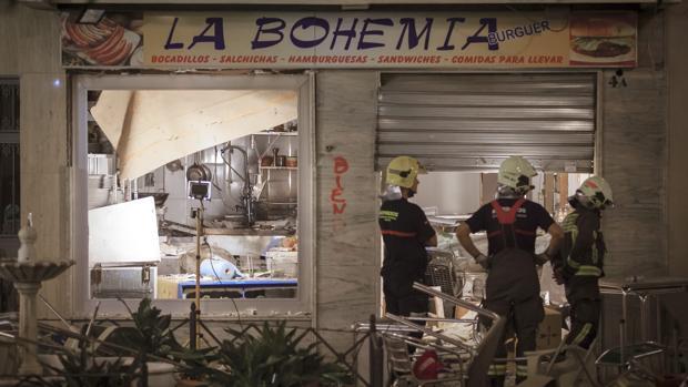 Bomberos en la cafetería donde se produjo la explosión