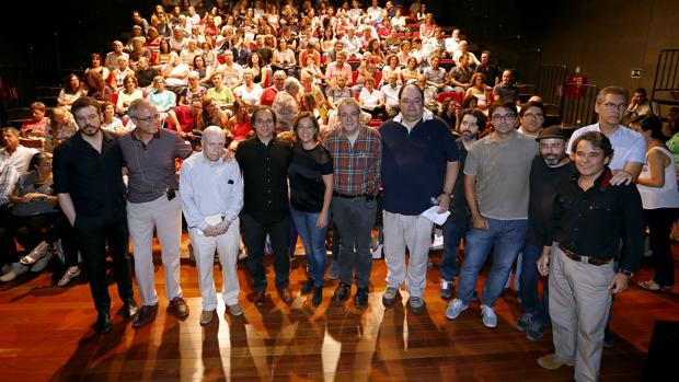 Participantes y público del acto de homenaje en el Teatro Góngora