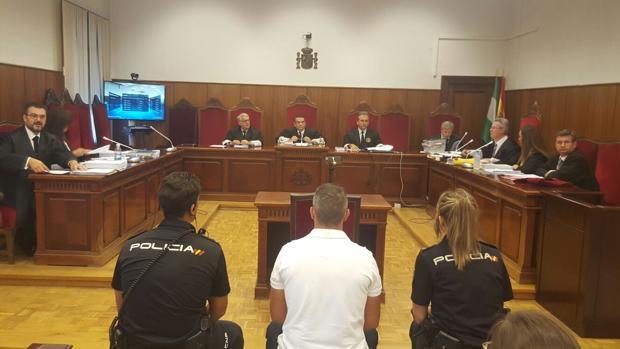 El acusado, en el centro, durante el juicio en la Audiencia Provincial