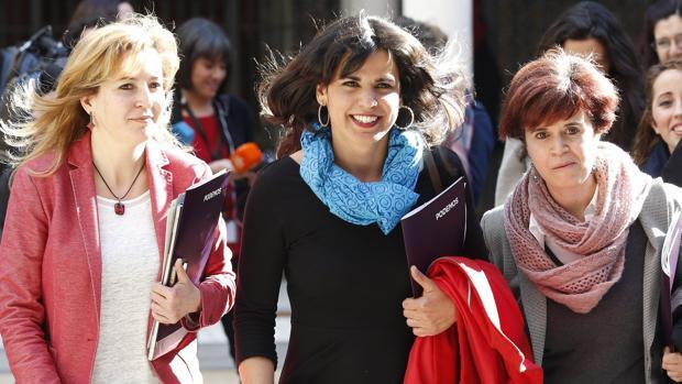Teresa Rodríguez, flanqueada por su portavoz adjunta Carmen Lizárraga y la presidente del grupo parlamentario, Esperanza Gómez