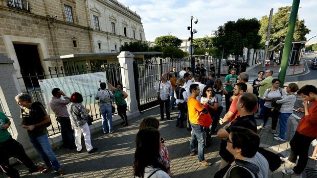 Concentración de profesores de institutos ante el Parlamento