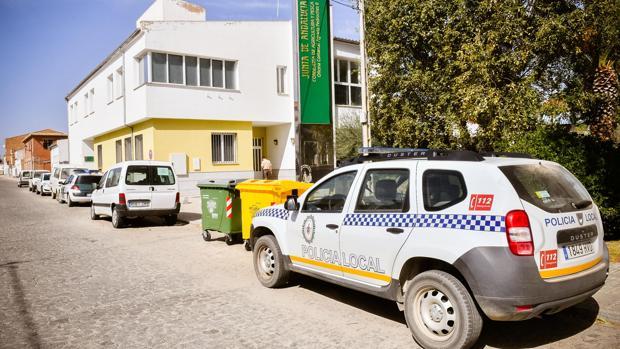 Coches de Guardia Civil y Policía Local frente a la oficina agraria de Hinojosa del Duque