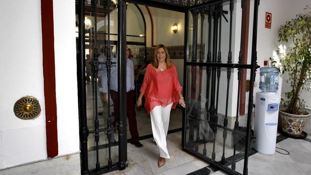 La presidenta Susana Díaz en su entrada ayer en la sede regional del PSOE