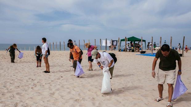 Voluntarios de Huelva limpian la playa de Matalascañas