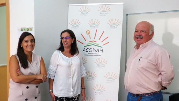 Los senadores junto a una de las responsables de Acodah