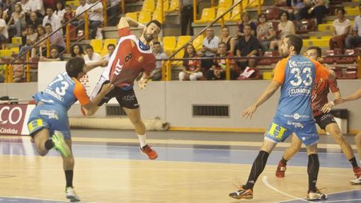 Un jugador del Cajasur Córdoba lanza a portería ante el Zumosol ARS