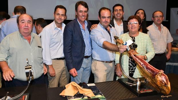 Jurado y autoridades junto al jamón ganador del concurso