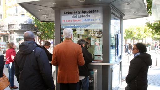 Clientes comprando en la admninistración Gato Negro de Córdoba