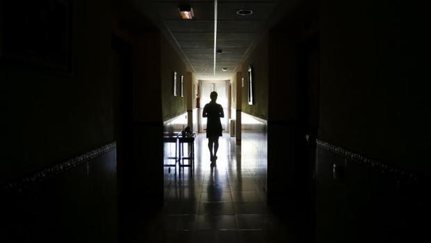 Una mujer en las instalaciones de las Adoratrices