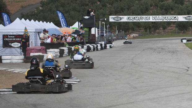 Imagen de los karts del Karting Córdoba en el circuito de Villafranca
