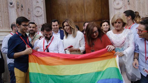 Susana Díaz y Juanma Moreno se hacen una foto con diversos colectivos