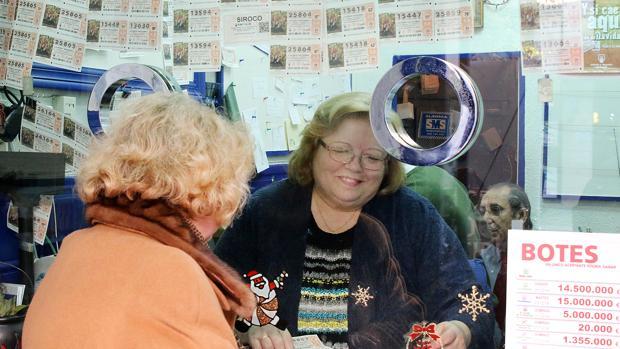 Una mujer busca la suerte en una de las administraciones de Lotería de Córdoba