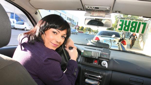 Una mujer taxista, en su vehículo