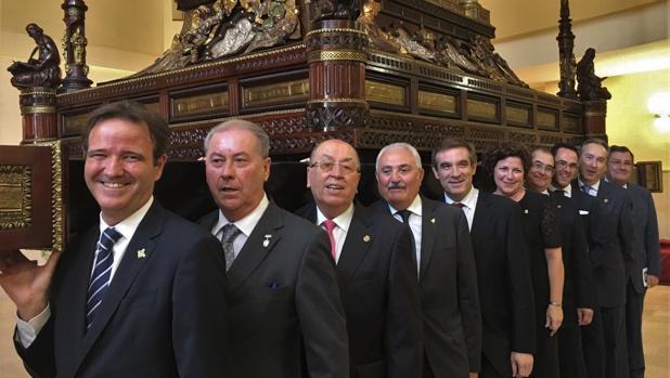 Los presidentes, bajo el trono del Santo Sepulcro de Málaga