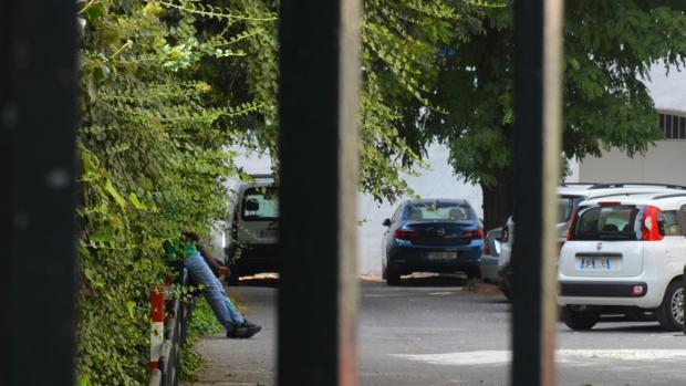 Un inmigrante pasa el tiempo en el albergue de Granada