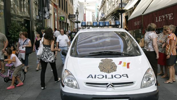 Un coche patrulla de la Policía en la calle Gondomar
