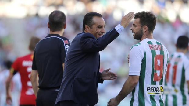 Rodri dialoga con Oltra en el partido ante el Nástic