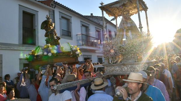 Traslado de la Virgen de Luna hasta su ermita en plena dehesa cordobesa