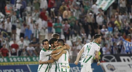 Los jugarores del Córdoba celebran el pase al play off