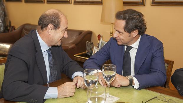 Federico Roca de Torres y Cristóbal Corredera, en la firma del acuerdo