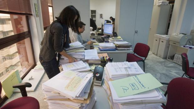 Funcionarios en unas dependencias de la Junta de Andalucía