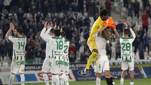 Los jugadores del Córdoba celebran la victoria sobre el Llagostera