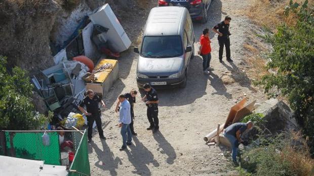 La mujer detenida, en la esquina inferior izquierda de la imagen